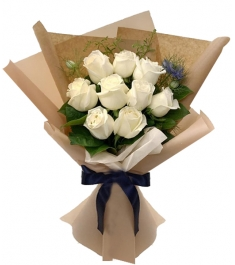 9 Pcs White Ecuadorian Roses in Bouquet